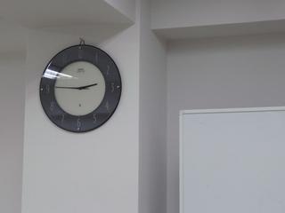 時計とホワイトボードのツーショット