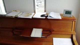 ピアノ上教材置き場