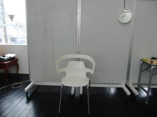 椅子を使って